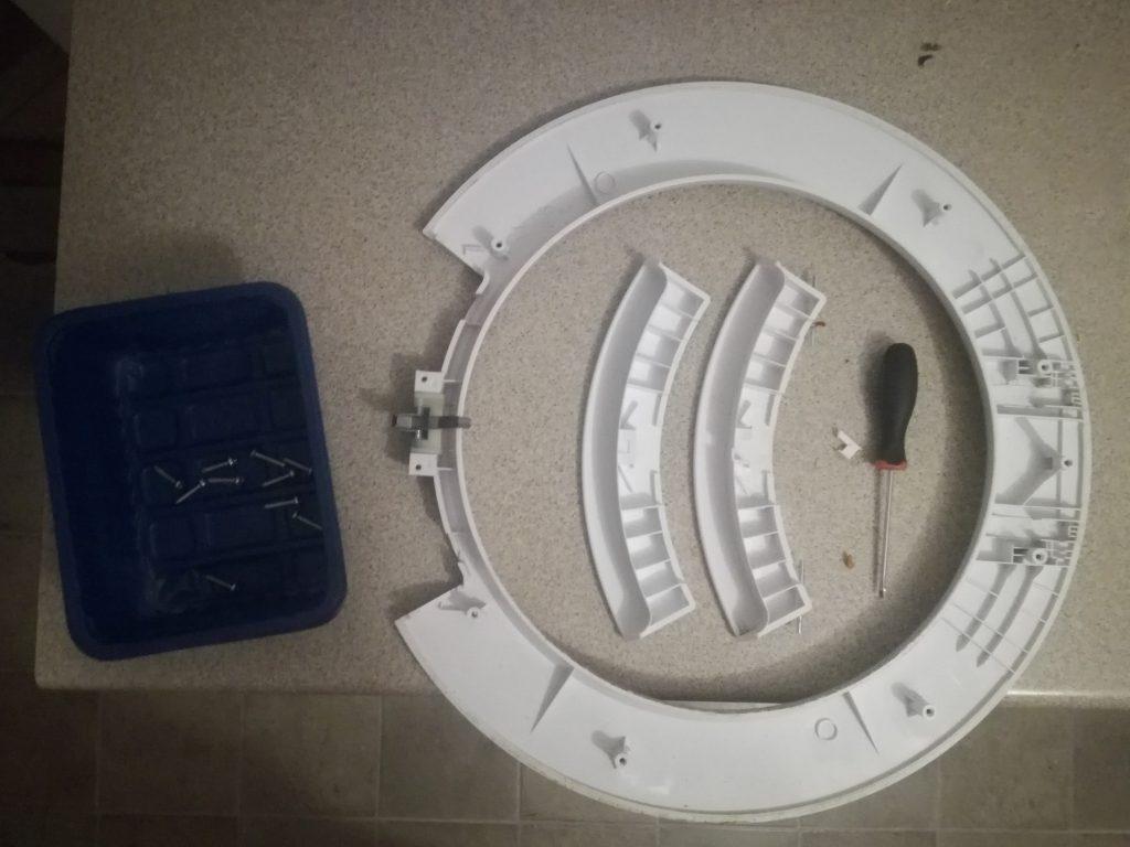 Wymiana pękniętej klamki drzwi pralki
