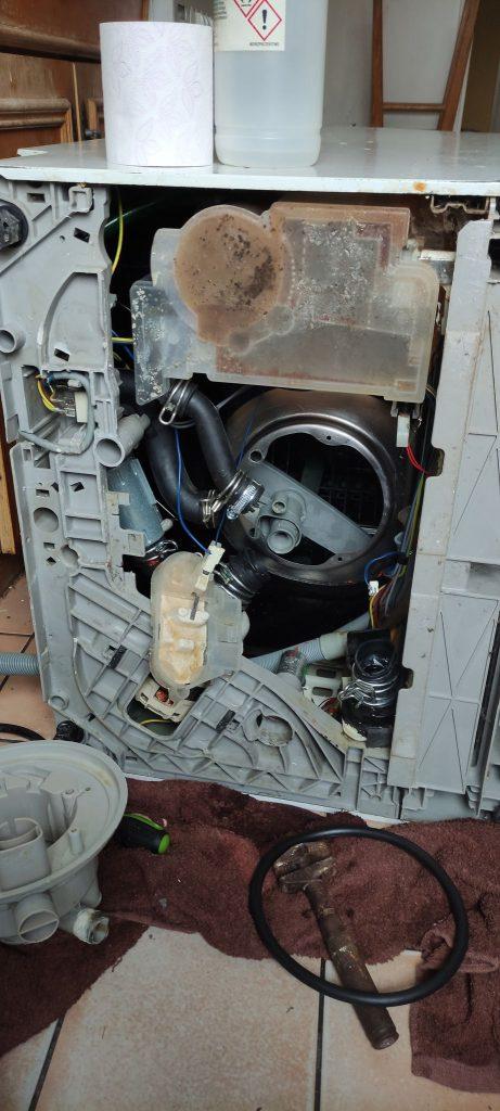 Wymiana uszczelki zbiornika w zmywarce Electrolux