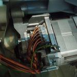 kostka elektryczna w silniku pralki