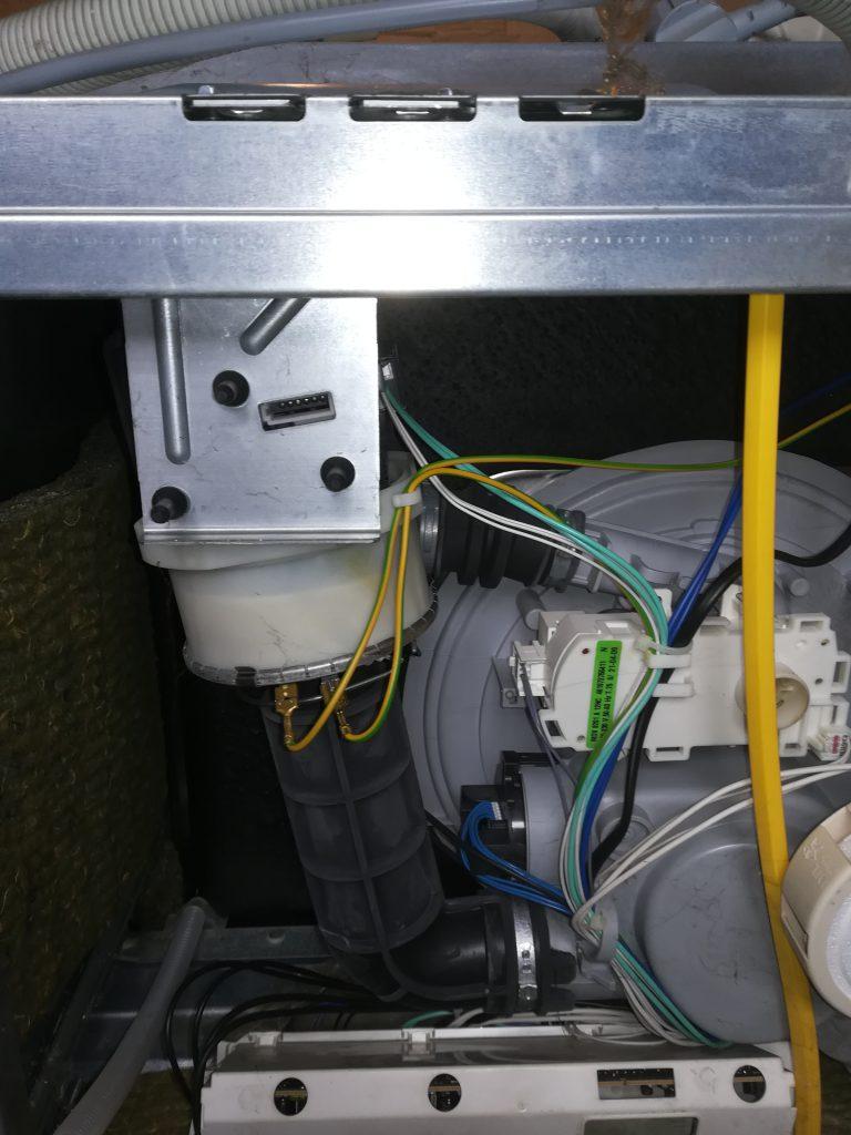 Wymiana pompy myjącej w zmywarce Whirlpool ADG9840/1