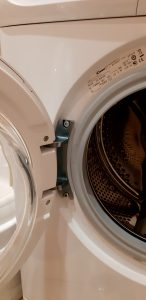 Wymiana zawiasu drzwi w pralce - naprawiaj, nie wyrzucaj