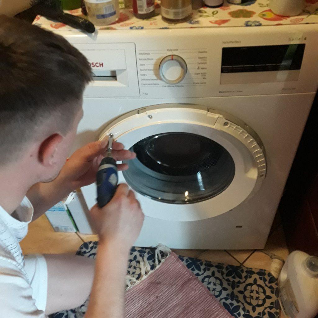 Wymiana zawiasu w pralce Bosch