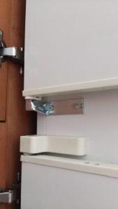 Wymiana zawiasu środkowego w lodówce - naprawiaj, nie wyrzucaj